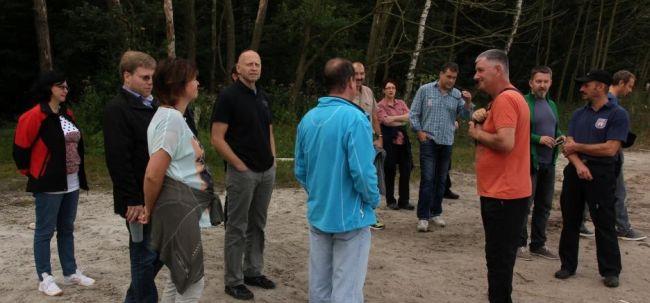 ENT-ler bei einer Kennenlern-Runde am Strand des Störitzsees.